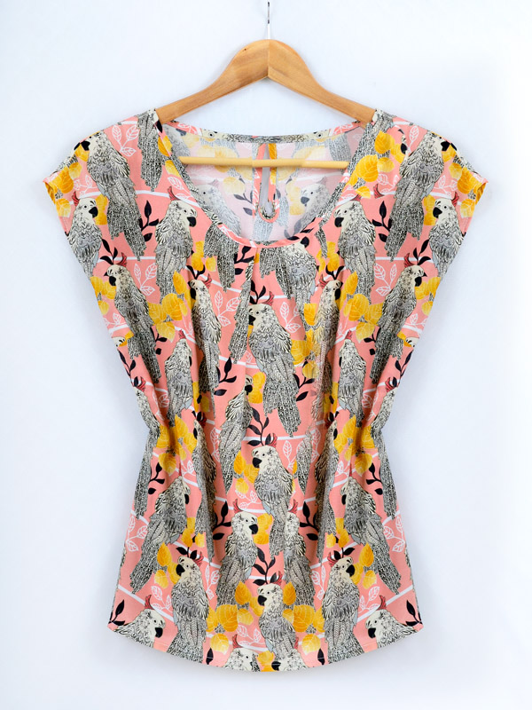 Blouse with a print of a parrot B76