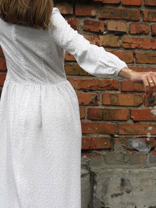 Платье в горох S52 белое